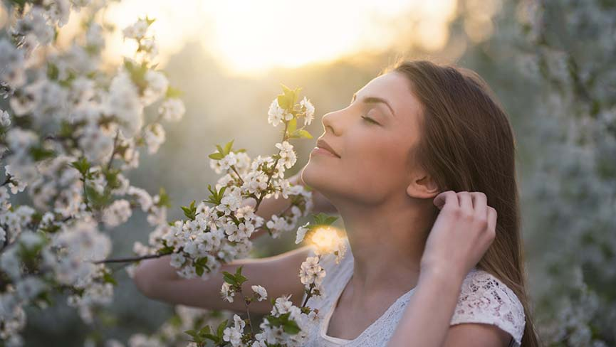 een vrouw die geniet van bloesem aan de bomen